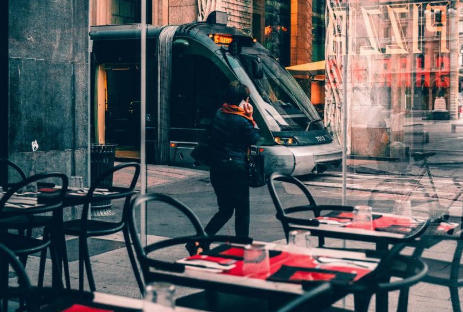 Personne qui quitte un restaurant