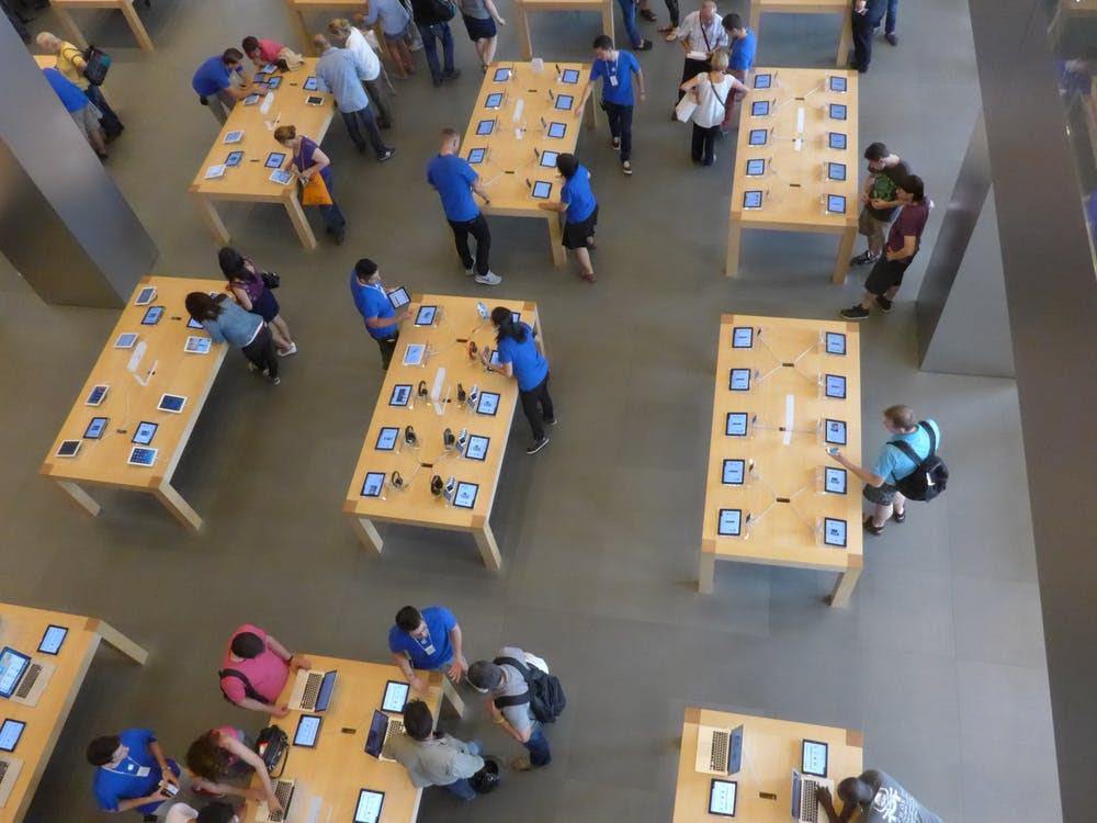 Clients et personnels dans un apple store