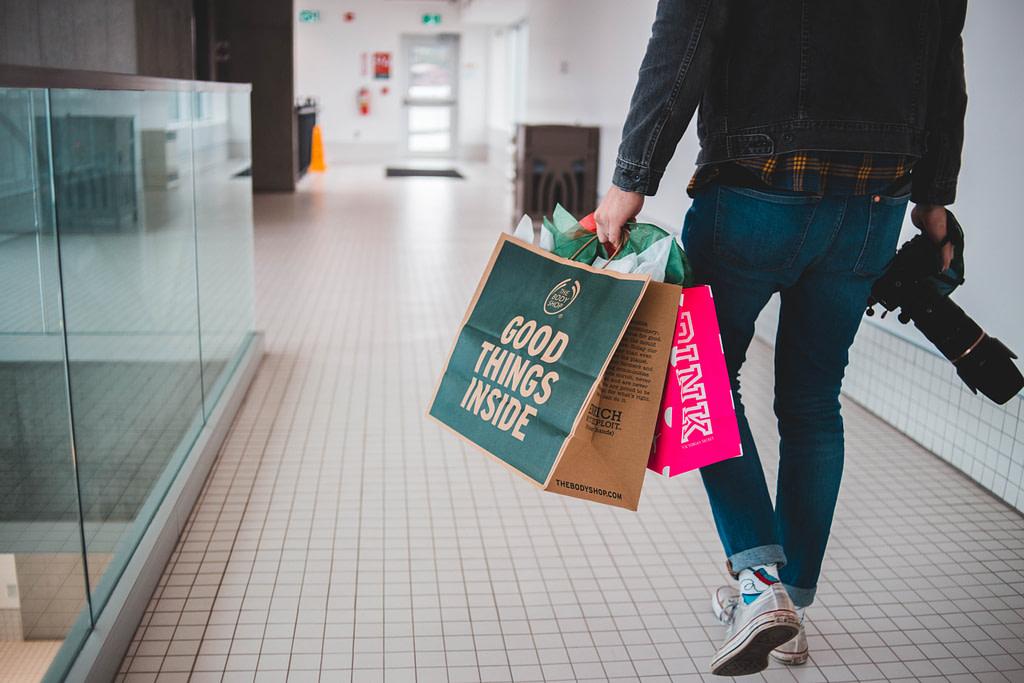Personne qui tient des sacs de courses