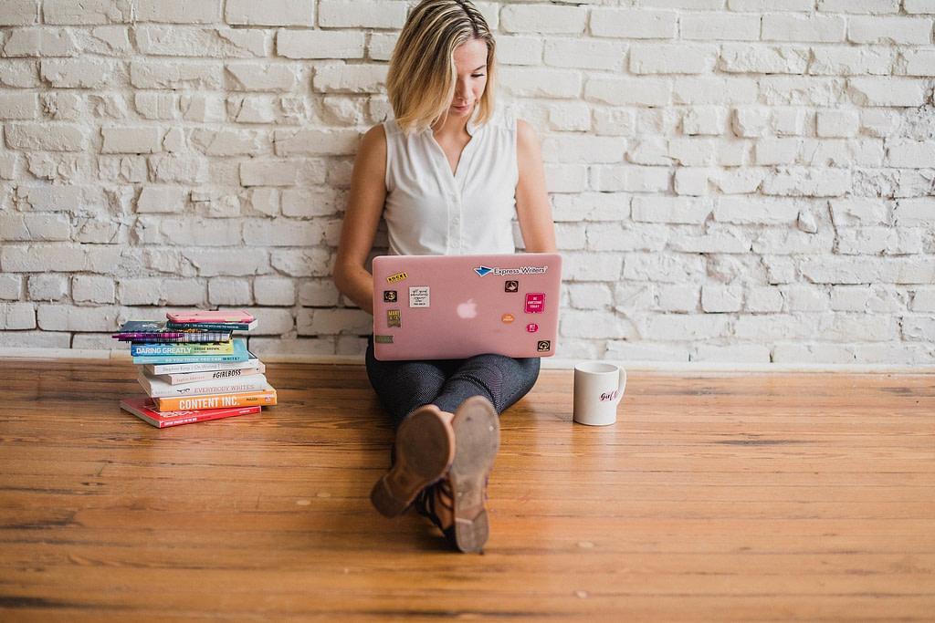 Femme qui travaille sur un ordinateur portable