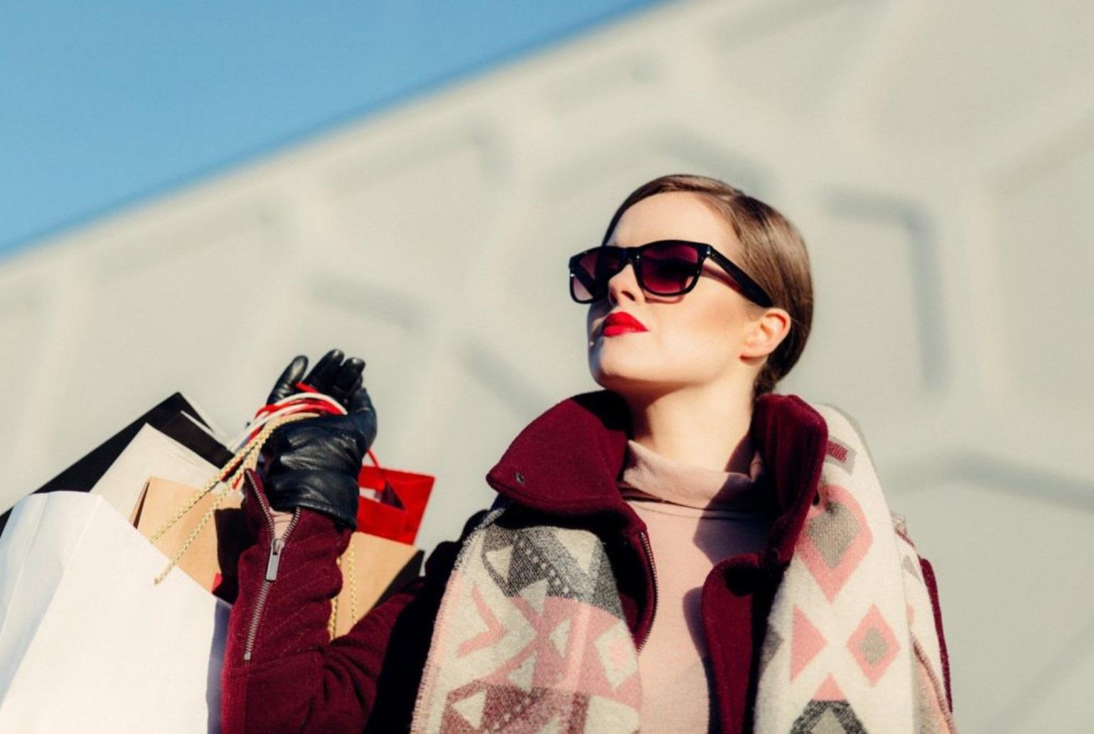 Femme qui porte des sacs de courses