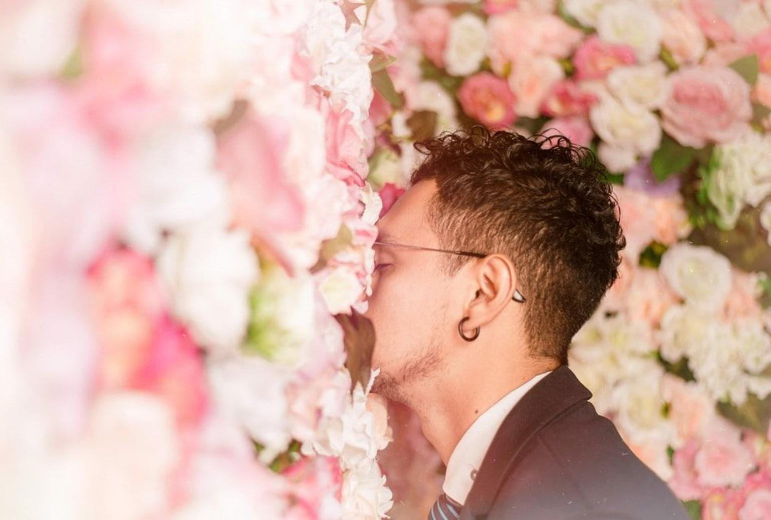 Homme qui sent des fleurs