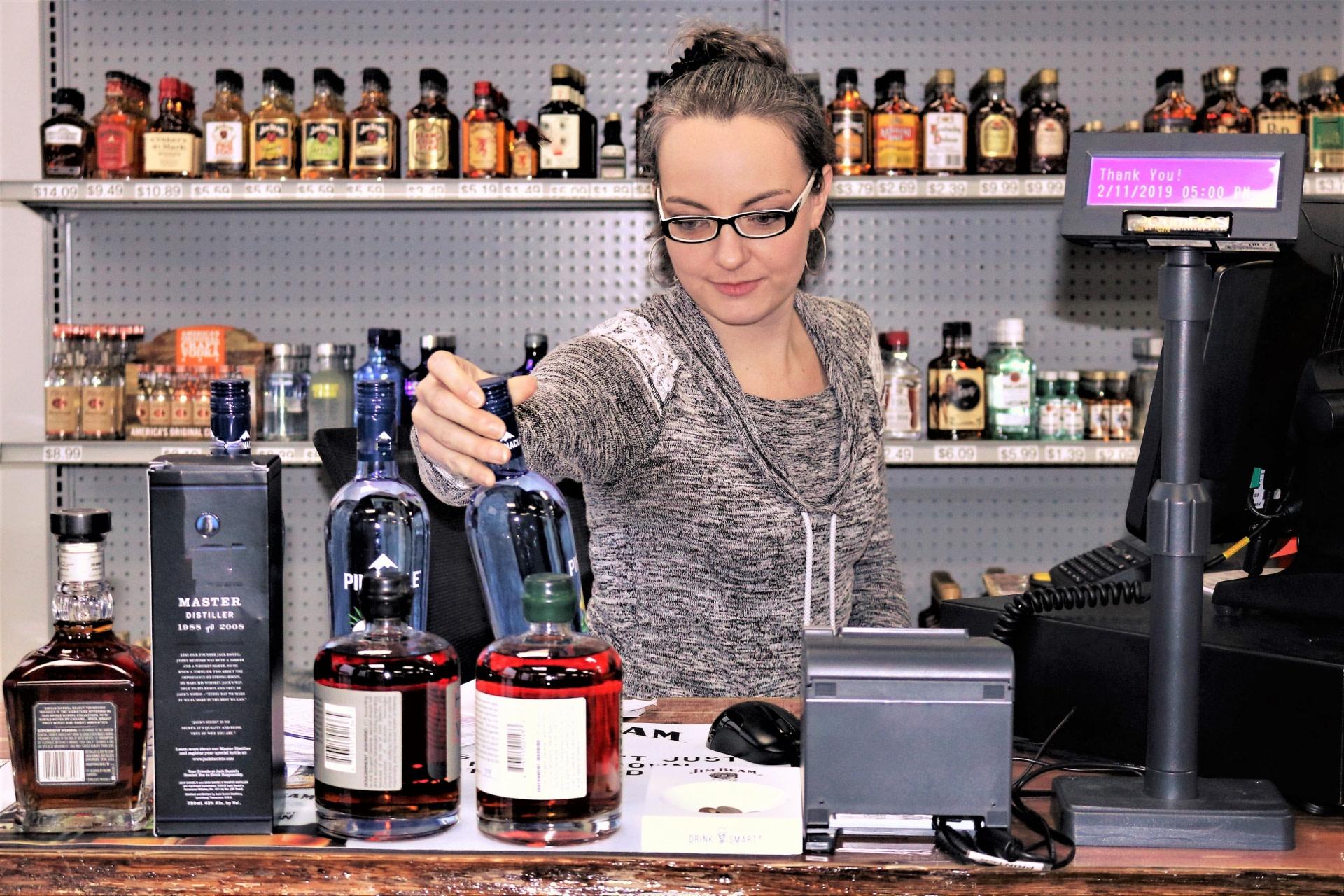 Femme qui regarde des bouteilles