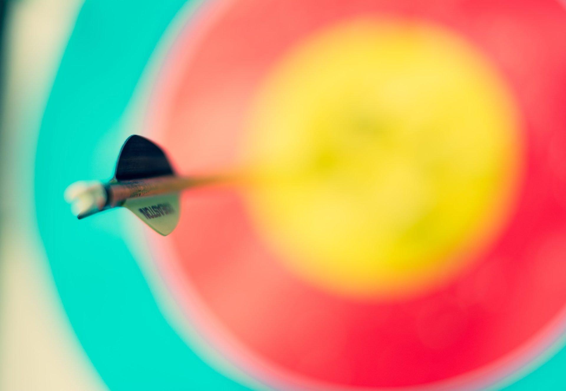 Flèche plantée dans une cible