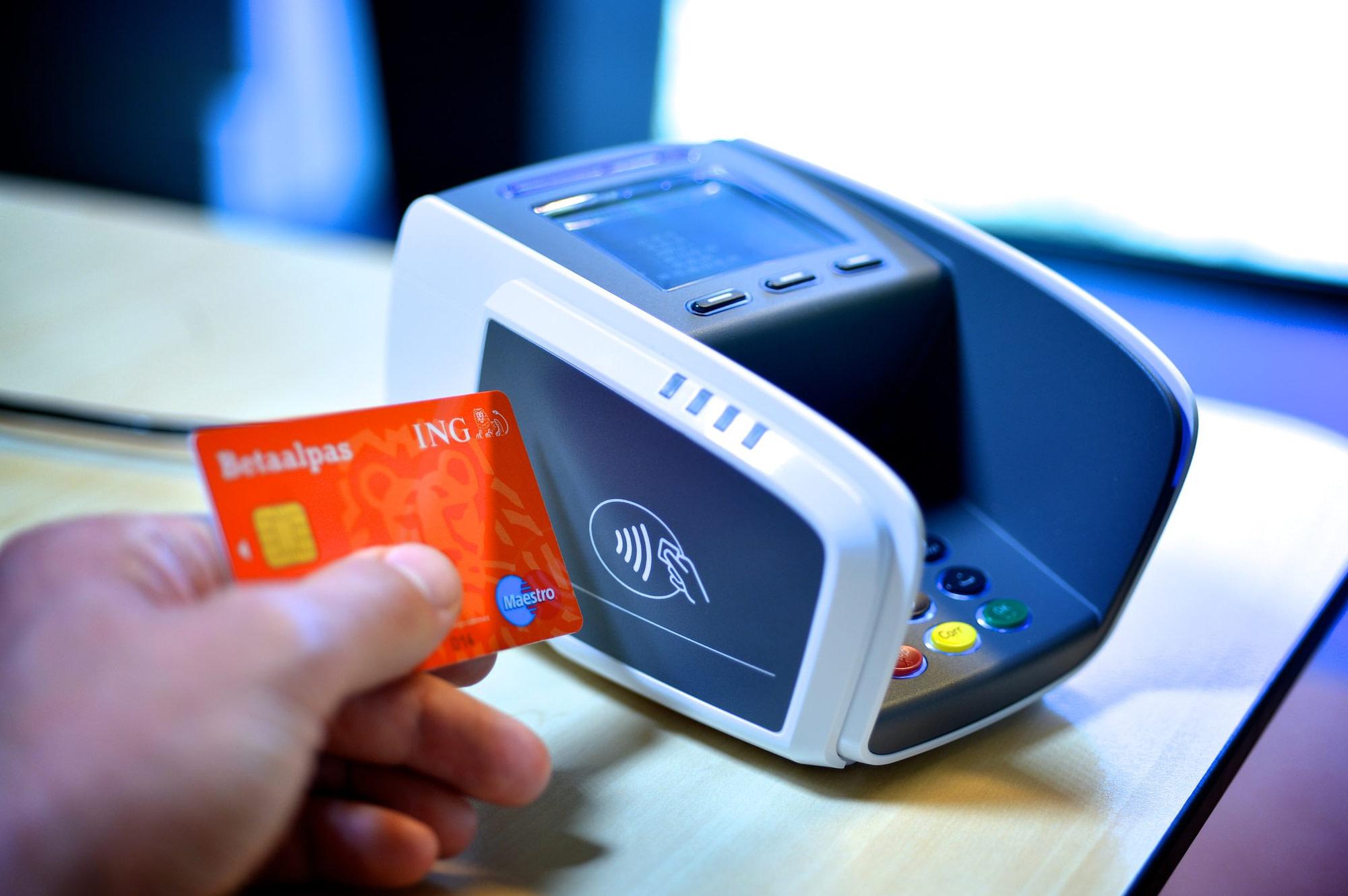 Terminal de paiement électronique et carte bancaire