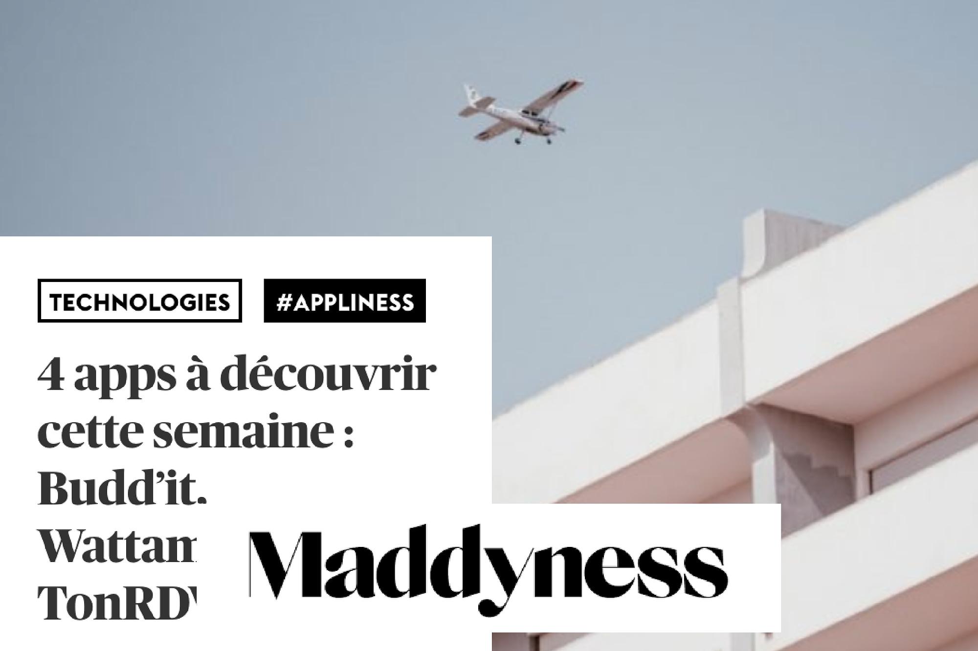 Immeuble avec avion qui passe au dessus