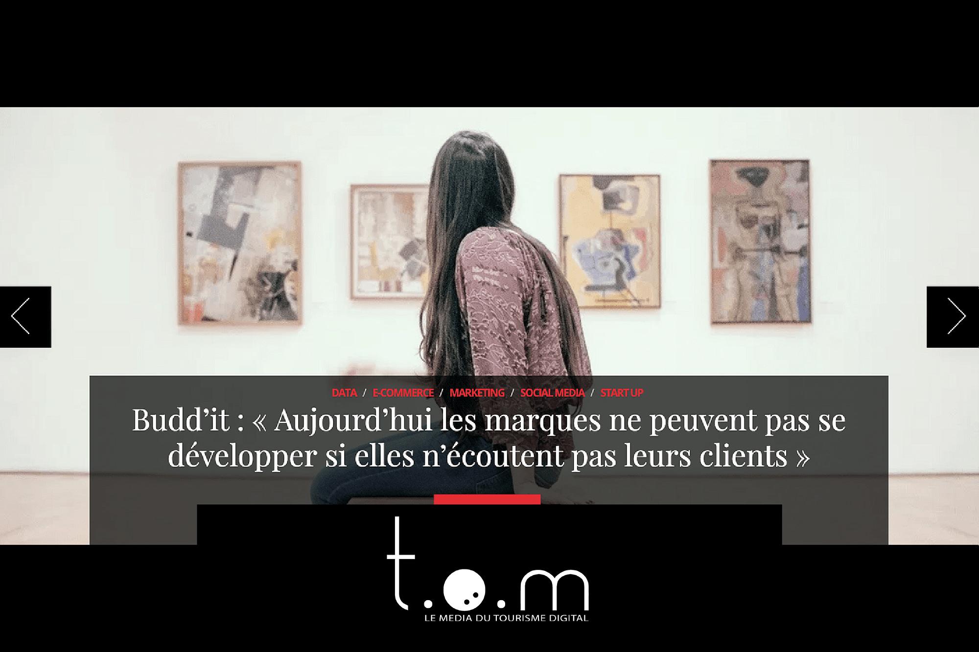 Femme qui regarde des peintures dans un musée